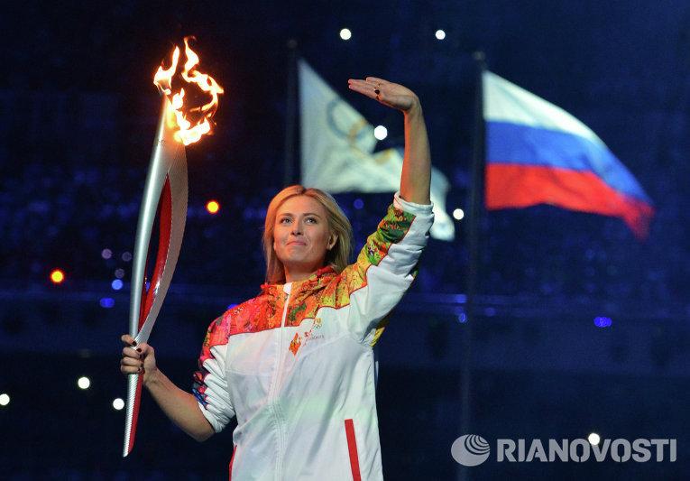 Олимпийский огонь на стадион внесла знаменитая теннисистка Мария Шарапова.