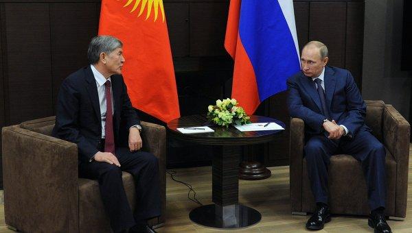 Президент России Владимир Путин и президент Киргизии Алмазбек Атамбаев. Архивное фото.