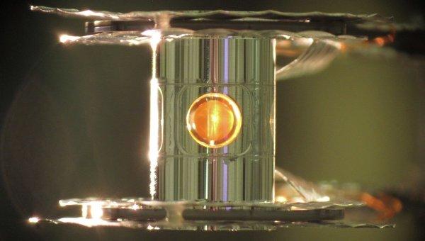 Капсула со смесью трития и дейтерия внутри лазерной установки. Иллюстрация авторов статьи