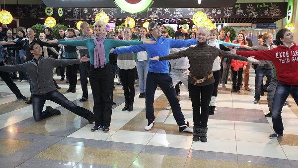 Артисты Сибирского русского народного хора в Новосибирском аэропорту Толмачево перед вылетом в Сочи. Событийное фото.