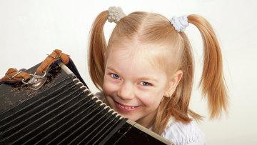Девочка принимает участие в конкурсе красоты