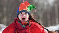 Девушка в костюме скомороха на праздновании Масленицы. Архивное фото