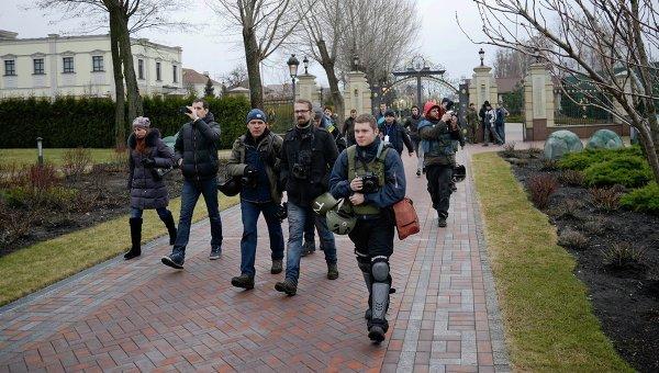 Антиправительственные демонстранты и журналисты на территории частной резиденции Президента Украины Виктора Януковича Межигорье под Киевом. Фото с места событий