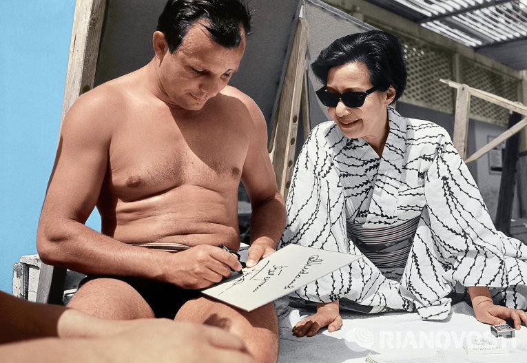 Герой Советского Союза Юрий Алексеевич Гагарин дает автограф японской актрисе и режиссеру, живущей в СССР, Окаде Есико