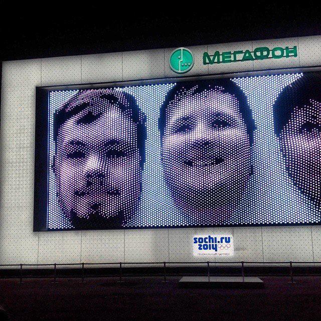Портрет томича Дмитрия Далингера (слева) на экране павильона MegaFaces в Сочи