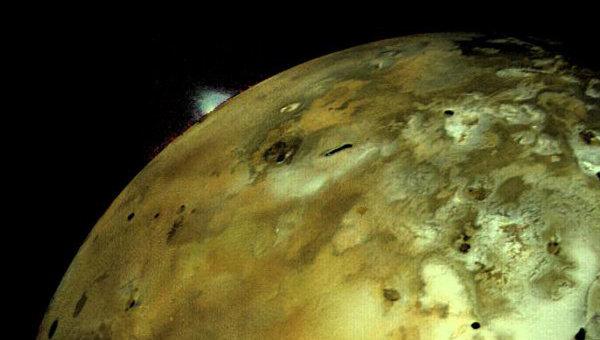 Извергающийся вулкан на спутнике Юпитера Ио