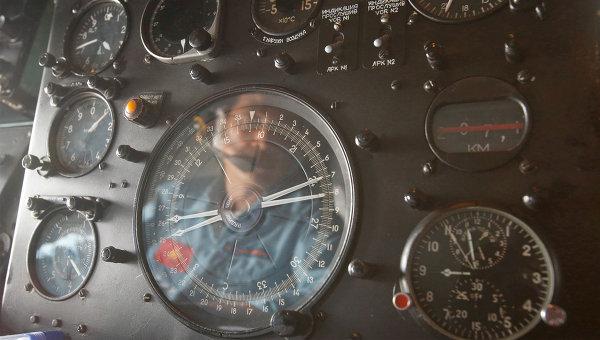 Отражение пилота вьетнамского ВВС на приборной панели во время поисков пропавшего самолета Malaysia Airlines