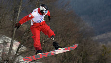 Александр Илинов (Россия) в квалификации сноуборд-кросса в классе LW 2-9 (стоя) на соревнованиях по горнолыжному спорту среди мужчин на XI Паралимпийских зимних играх в Сочи.