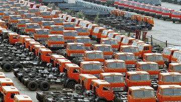 Автомобили КамАЗ на территории завода, архивное фото