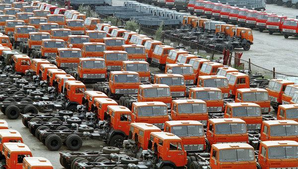 Автомобили КамАЗ на территории завода. Архивное фото