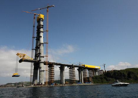 Подъем панели пролета моста на остров Русский с воды