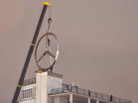 Знак Mercedes демонтирован с крыши Дома на набережной в Москве