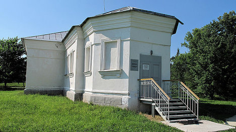 В этой бывшей церкви - части музея в Новгородской области находится диорама, посвященная ....