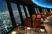 Ресторан с видом на ночной Токио в здании телебашни Tokyo Sky Tree