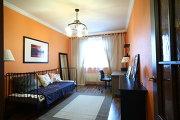 Дизайн квартиры в новостройке, детская со стенами оранжевого цвета