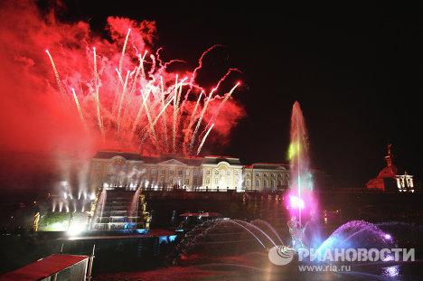 Торжественный праздник закрытия фонтанов в Петергофе