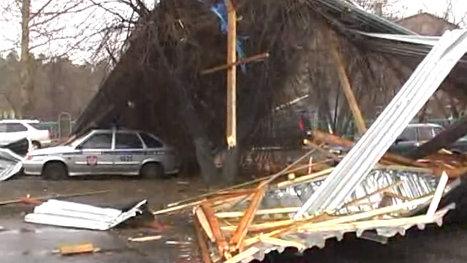 Ураган в Ангарске снес кровлю спорткомплекса, конструкции обрушились на автомобили