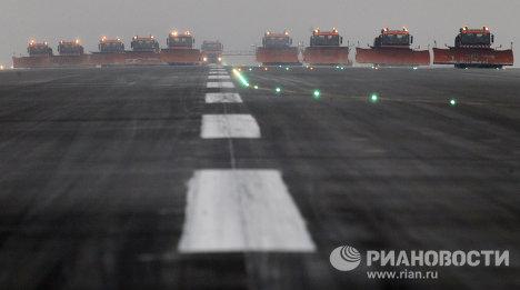 Работа служб аэропорта Домодедово в сложных метеорологических условиях