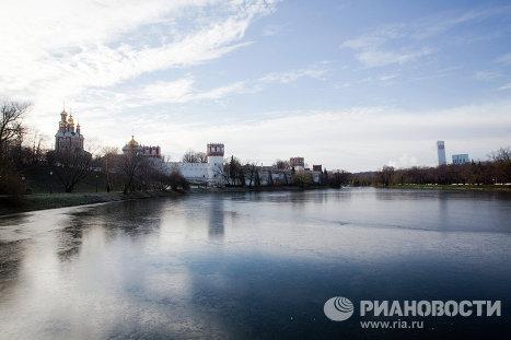 Панорама Новодевичьего монастыря с Домом на Мосфильмовской