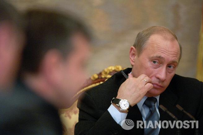 Путин во время совещания с членами правительства РФ в Кремле
