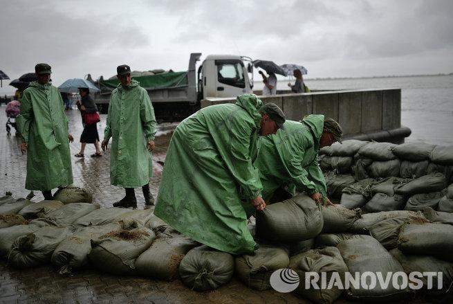 Военнослужащие строят заграждения из мешков с песком