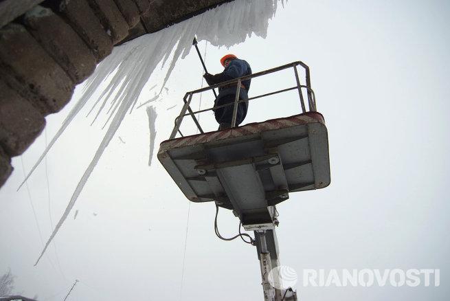 Ликвидация сосулек и наледей на крышах домов в Великом Новгороде