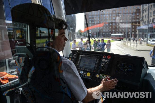 Водитель в кабине трамвая