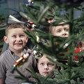 Дети стоят у новогодней елки