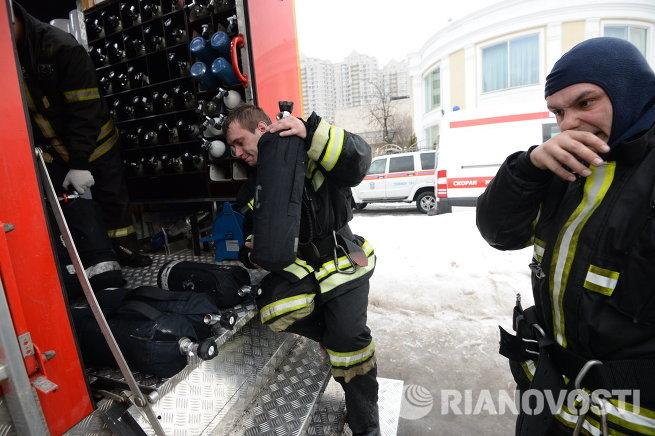 Сотрудники МЧС России на месте пожара
