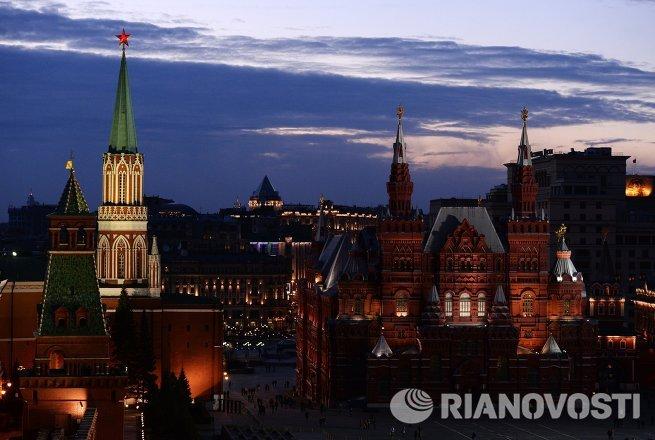 Вид на Сенатскую и Никольскую башни Московского Кремля и Государственный исторический музей