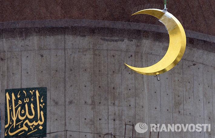 Возведение полумесяца на минарет мечети