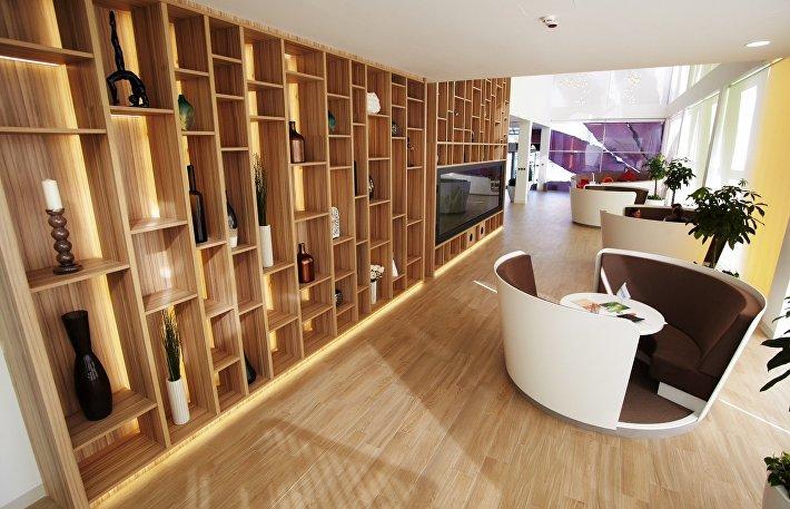 В офисе есть живая зеленая стена, разбиты клумбы, высажены деревца в белоснежных кашпо.