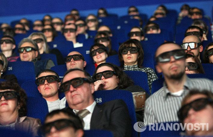 Зрители сидят в кинозале