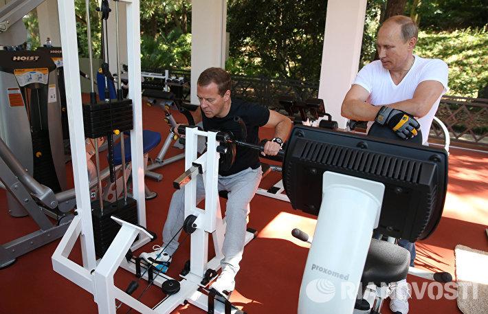 Президент РФ Владимир Путин (справа) и председатель правительства РФ Дмитрий Медведев во время тренировки в спортзале
