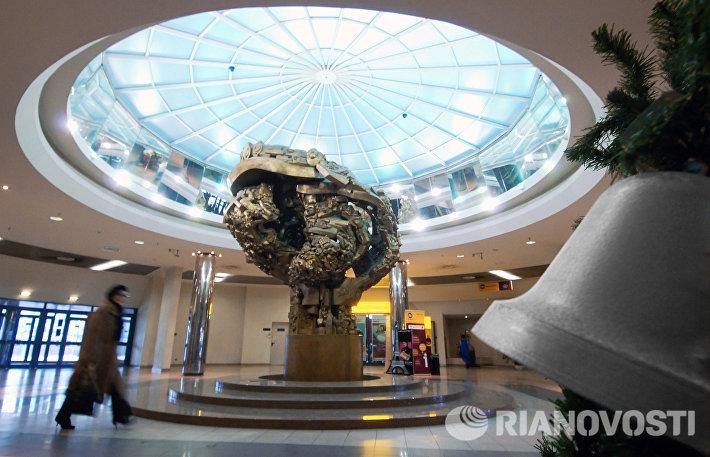 Памятник Древо жизни работы Эрнста Неизвестного, установленный в вестибюле торгово-пешеходного моста Багратион в Москве.