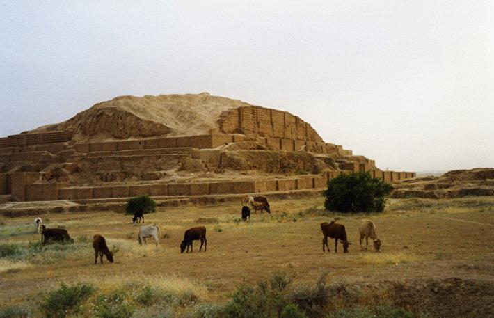 Зиккурат Чога-Зенбиль в Иране