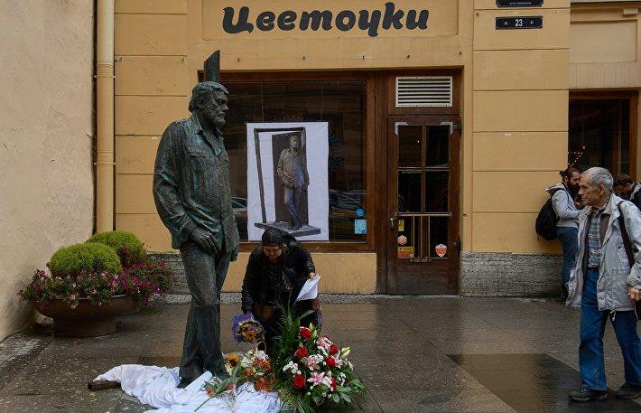 Открытие памятника Сергею Довлатову в Санкт-Петербурге
