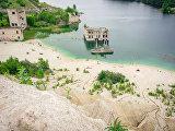 Пляж у затопленной тюрьмы деревни Румму в Эстонии