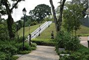 Уличный эскалатор в Сингапуре у Национального музея