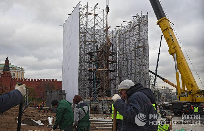 Продолжается монтаж князю Владимиру на Боровицкой площади в Москве