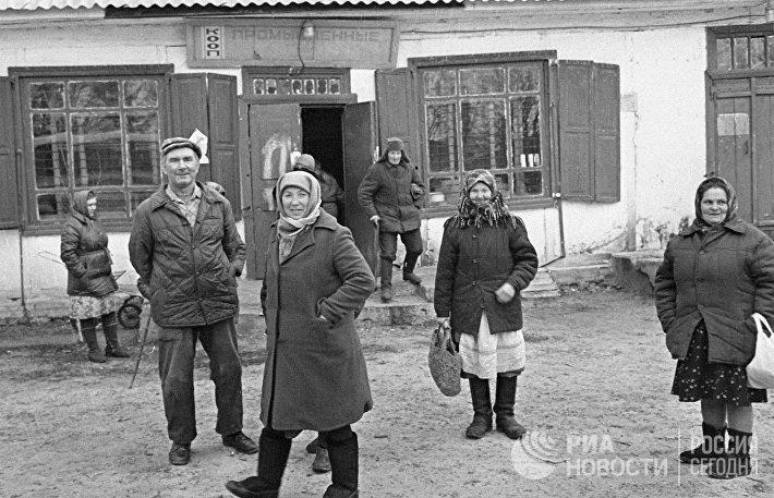 Жители, оставшиеся в зараженной радиацией деревне после аварии на Чернобыльской АЭС