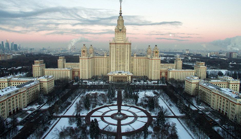 Вид на Главное здание МГУ на Воробъевых горах.