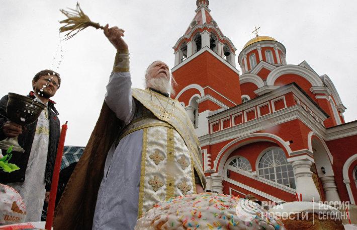 Освящение пасхальных куличей в храме Благовещения Пресвятой Богородицы