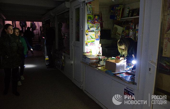 Продавщица киоска в подземном переходе