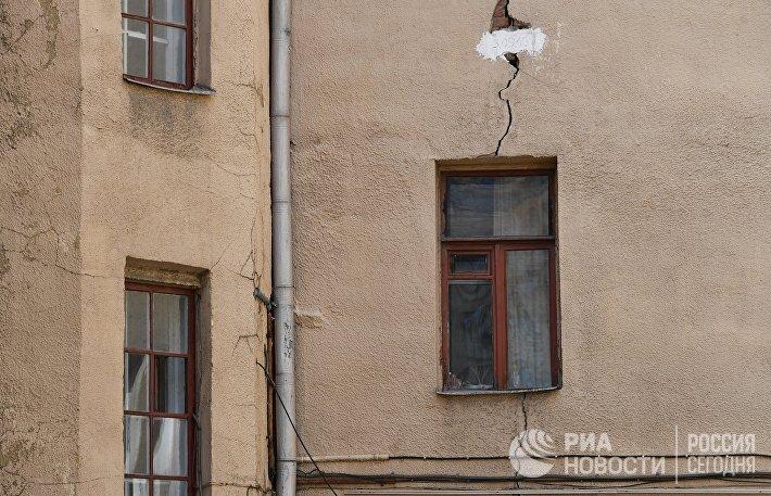 Трещина в стене четырехэтажного жилого дома в Панфиловском переулке в Москве
