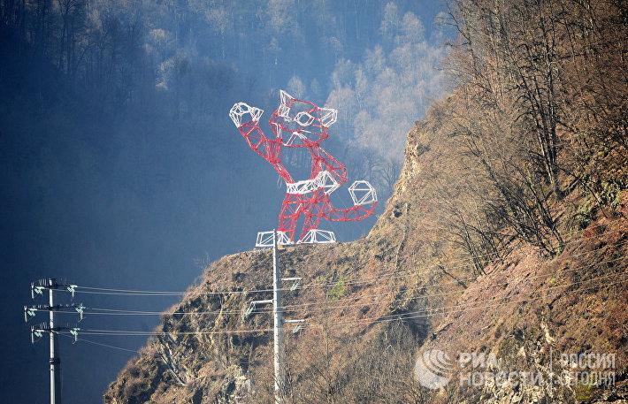 Опора ЛЭП в виде леопарда в горах в Сочи