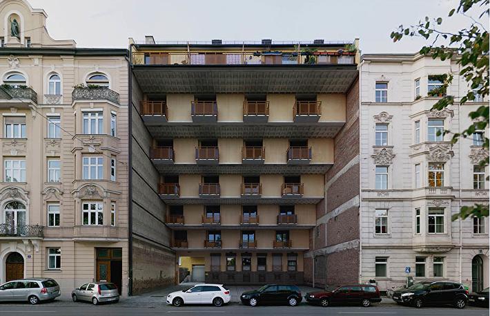 12 гадких утят, Мюнхен, 2012 год. Простое здание стоит рядом с дорогими домами в стиле необарокко. За цифрой 12 скрывается число квартир в доме.