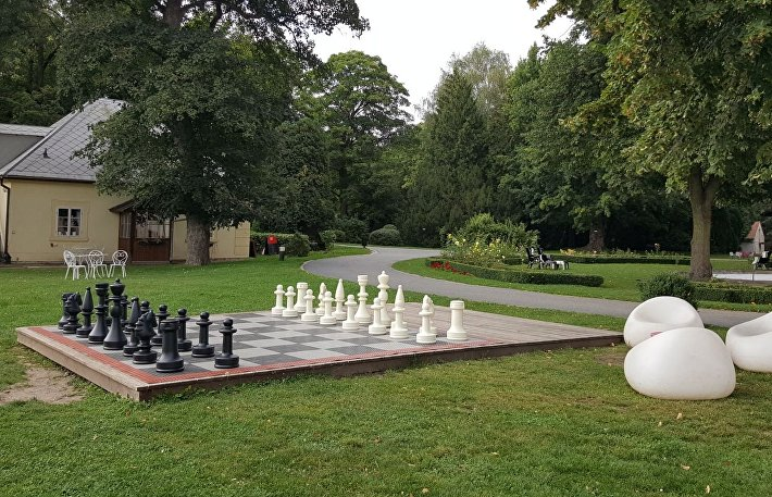 Большие шахматы в парке замка Лоучень